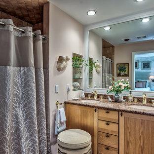Foto di una stanza da bagno con doccia moderna con consolle stile comò, ante beige, vasca ad alcova, doccia aperta, WC monopezzo, piastrelle marroni, pareti beige, lavabo integrato, top in onice e doccia con tenda