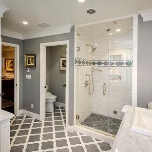 Idéer för att renovera ett vintage grå grått badrum, med ett nedsänkt handfat, luckor med infälld panel, vita skåp, en dusch i en alkov, en toalettstol med separat cisternkåpa, vit kakel, tunnelbanekakel och flerfärgat golv