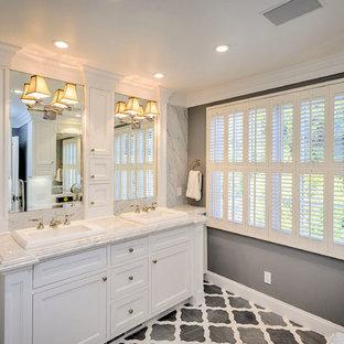 Großes Klassisches Badezimmer En Suite mit Einbauwaschbecken, Schrankfronten mit vertiefter Füllung, weißen Schränken, weißen Fliesen, grauen Fliesen, grauer Wandfarbe, Marmor-Waschbecken/Waschtisch, grauem Boden und grauer Waschtischplatte in San Francisco