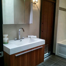 Modern Bathroom by dmkstyle Home Staging