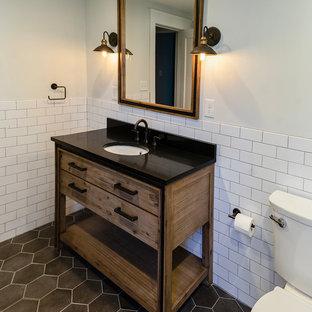 Свежая идея для дизайна: детская ванная комната среднего размера в стиле современная классика с душем без бортиков, белой плиткой, белыми стенами, полом из керамической плитки, врезной раковиной, серым полом, душем с распашными дверями, фасадами островного типа, раздельным унитазом, керамической плиткой, черной столешницей, искусственно-состаренными фасадами, отдельно стоящей ванной и столешницей из искусственного кварца - отличное фото интерьера