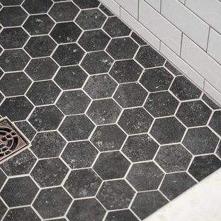 Inspiration för mellanstora klassiska svart badrum för barn, med en kantlös dusch, vit kakel, vita väggar, klinkergolv i keramik, ett undermonterad handfat, grått golv, dusch med gångjärnsdörr, möbel-liknande, skåp i slitet trä, ett fristående badkar, en toalettstol med separat cisternkåpa, keramikplattor och bänkskiva i kvarts