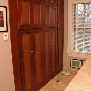 Mittelgroßes Klassisches Badezimmer En Suite mit Unterbauwaschbecken, Schrankfronten mit vertiefter Füllung, hellbraunen Holzschränken, beigefarbenen Fliesen, beiger Wandfarbe und Travertin in Cincinnati
