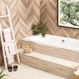 Immagine di una stanza da bagno per bambini design di medie dimensioni con vasca da incasso, pareti beige, pavimento in bambù e pavimento beige