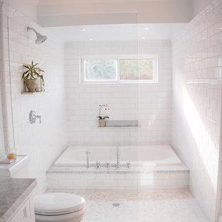 Idéer för vintage badrum, med ett undermonterad handfat, vita skåp, ett platsbyggt badkar, en öppen dusch, vit kakel, tunnelbanekakel och med dusch som är öppen