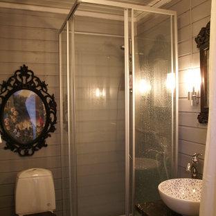 Неиссякаемый источник вдохновения для домашнего уюта: маленькая ванная комната в классическом стиле с настольной раковиной, открытыми фасадами, черными фасадами, столешницей из ламината, угловым душем, унитазом-моноблоком, черной плиткой, серыми стенами, полом из линолеума и душевой кабиной