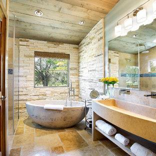 Idee per una stanza da bagno padronale stile rurale con lavabo rettangolare, nessun'anta, vasca freestanding, doccia a filo pavimento, piastrelle beige, piastrelle in pietra e pavimento in cemento