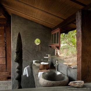Ispirazione per una piccola stanza da bagno con doccia tropicale con lavabo a bacinella, top in cemento e pareti grigie