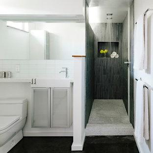 Diseño de cuarto de baño moderno con armarios tipo vitrina, ducha abierta, baldosas y/o azulejos grises, baldosas y/o azulejos de vidrio y ducha abierta
