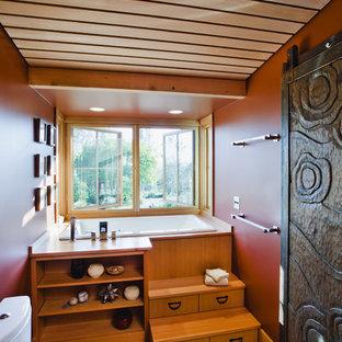 サンフランシスコのカントリー風おしゃれなバスルーム (浴槽なし) (中間色木目調キャビネット、和式浴槽、分離型トイレ、赤い壁、無垢フローリング) の写真