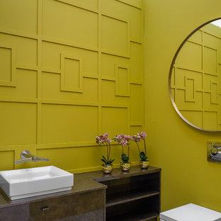 Foto di una stanza da bagno design con ante marroni, WC sospeso, pareti verdi, pavimento con piastrelle a mosaico, lavabo a bacinella, pavimento grigio e top marrone