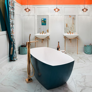 Diseño de cuarto de baño bohemio, grande, con combinación de ducha y bañera, baldosas y/o azulejos naranja, baldosas y/o azulejos blancos, parades naranjas, suelo de mármol, suelo blanco y ducha abierta