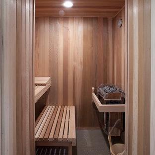 Пример оригинального дизайна интерьера: баня и сауна среднего размера в классическом стиле с коричневыми стенами и полом из бамбука