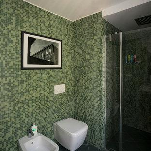 Diseño de cuarto de baño principal, actual, pequeño, con encimera de azulejos, ducha empotrada, sanitario de dos piezas, baldosas y/o azulejos verdes, baldosas y/o azulejos en mosaico, paredes verdes, suelo de baldosas de cerámica, armarios con paneles lisos, puertas de armario de madera clara, lavabo de seno grande, suelo verde, ducha con puerta con bisagras y encimeras verdes