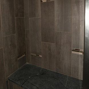 Modelo de cuarto de baño con ducha, tradicional renovado, pequeño, con encimera de esteatita, ducha esquinera, baldosas y/o azulejos grises, baldosas y/o azulejos en mosaico y paredes grises