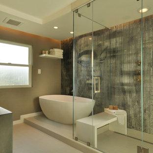 Immagine di una stanza da bagno padronale contemporanea di medie dimensioni con ante lisce, ante bianche, vasca freestanding, doccia ad angolo, piastrelle bianche, pareti multicolore, pavimento in gres porcellanato, lavabo integrato e top in cemento