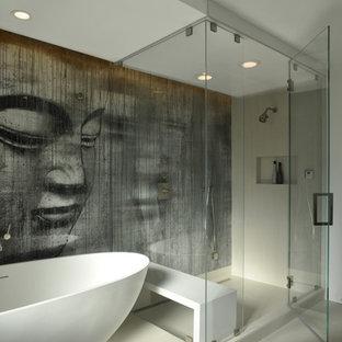Diseño de cuarto de baño principal, actual, de tamaño medio, con armarios con paneles lisos, puertas de armario blancas, bañera exenta, ducha esquinera, baldosas y/o azulejos blancos, paredes multicolor, suelo de baldosas de porcelana, lavabo integrado y encimera de cemento