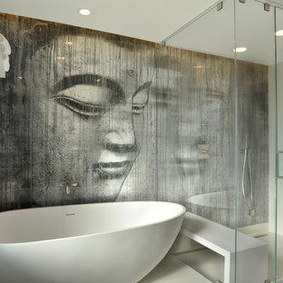 Immagine di una stanza da bagno padronale design di medie dimensioni con vasca freestanding, doccia ad angolo, ante lisce, ante bianche, piastrelle bianche, pareti multicolore, pavimento in gres porcellanato e lavabo integrato