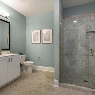 Foto di una stanza da bagno con doccia classica con ante in stile shaker, ante bianche, doccia alcova, piastrelle grigie, piastrelle in gres porcellanato, pareti blu, pavimento in gres porcellanato, lavabo integrato, top in superficie solida, pavimento blu e porta doccia a battente