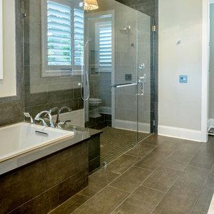 Idéer för stora funkis en-suite badrum, med skåp i shakerstil, grå skåp, grå väggar, klinkergolv i porslin, ett undermonterad handfat, bänkskiva i kvarts, brunt golv, ett platsbyggt badkar, en kantlös dusch, en toalettstol med hel cisternkåpa, brun kakel, porslinskakel och dusch med gångjärnsdörr