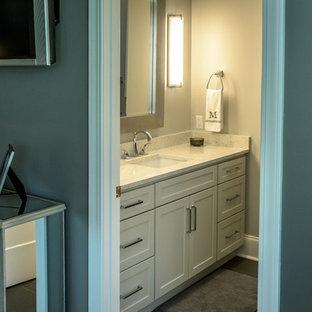 Idee per una piccola stanza da bagno con doccia design con ante in stile shaker, ante grigie, WC monopezzo, piastrelle in gres porcellanato, pareti grigie, pavimento in gres porcellanato, lavabo sottopiano, top in quarzo composito, pavimento marrone, doccia alcova e piastrelle marroni