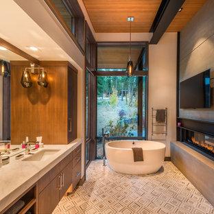 Esempio di una stanza da bagno rustica con ante lisce, ante in legno bruno, vasca freestanding, pareti beige, lavabo sottopiano, pavimento multicolore e top bianco