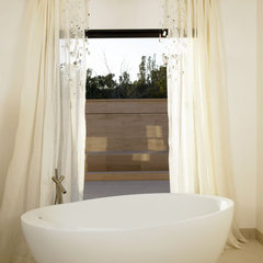 modern bathroom by Suite 102