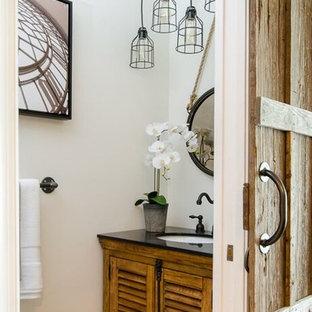 Kleines Industrial Badezimmer mit Lamellenschränken, hellen Holzschränken, grauer Wandfarbe, Vinylboden und Granit-Waschbecken/Waschtisch in Miami