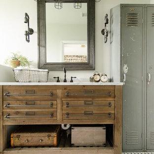 マイアミの小さいインダストリアルスタイルのおしゃれな浴室 (オープンシェルフ、淡色木目調キャビネット、グレーの壁、クッションフロア、大理石の洗面台) の写真
