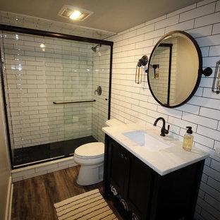 Idee per una stanza da bagno con doccia industriale di medie dimensioni con ante nere, doccia alcova, WC a due pezzi, piastrelle bianche, piastrelle diamantate, pareti grigie, parquet scuro, lavabo sottopiano, top in marmo, pavimento marrone, porta doccia scorrevole e top bianco