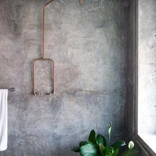 Inspiration för ett industriellt badrum med dusch, med en öppen dusch, grå väggar, betonggolv och med dusch som är öppen