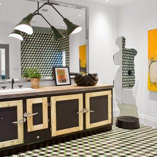 Идея дизайна: ванная комната среднего размера в стиле лофт с фасадами островного типа, искусственно-состаренными фасадами, ванной в нише, душем над ванной, зеленой плиткой, цементной плиткой, белыми стенами, полом из керамической плитки, накладной раковиной, разноцветным полом, унитазом-моноблоком, столешницей из бетона, открытым душем и бежевой столешницей