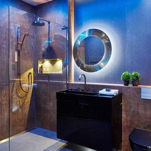 Modelo de cuarto de baño con ducha, contemporáneo, pequeño, con ducha abierta, sanitario de pared, baldosas y/o azulejos de porcelana, paredes marrones, suelo de baldosas de porcelana y suelo gris