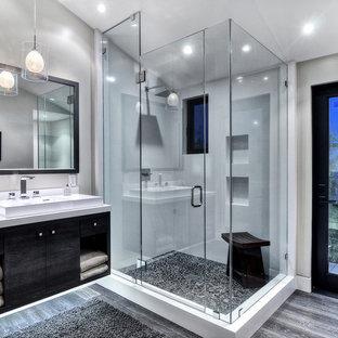 Inspiration för mellanstora moderna en-suite badrum, med ett fristående handfat, släta luckor, svarta skåp, en dusch i en alkov, ett hörnbadkar, en toalettstol med hel cisternkåpa, grå kakel, stenkakel, vita väggar, betonggolv, granitbänkskiva, grått golv och dusch med gångjärnsdörr