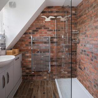 На фото: маленькая ванная комната в стиле лофт с плоскими фасадами, белыми фасадами, угловым душем, красными стенами, душевой кабиной, монолитной раковиной, столешницей из дерева, коричневым полом и коричневой столешницей с
