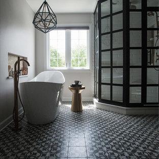 Idéer för ett mellanstort industriellt vit en-suite badrum, med skåp i shakerstil, skåp i mellenmörkt trä, ett fristående badkar, en hörndusch, en toalettstol med separat cisternkåpa, gul kakel, tunnelbanekakel, grå väggar, cementgolv, ett undermonterad handfat, bänkskiva i kvarts, grått golv och dusch med gångjärnsdörr