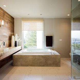 Idéer för att renovera ett stort funkis en-suite badrum, med ett fristående handfat, bänkskiva i onyx, ett fristående badkar, en hörndusch, en toalettstol med hel cisternkåpa, vit kakel, keramikplattor, vita väggar och klinkergolv i porslin