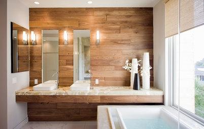 12 salles de bains sublimées par un mur en bois brut