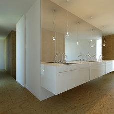 Modern Bathroom by John Dwyer Architect