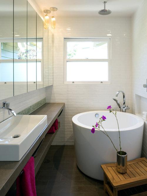 Salle de bain avec un combin douche baignoire et un bidet for Idee deco salle de bain avec baignoire