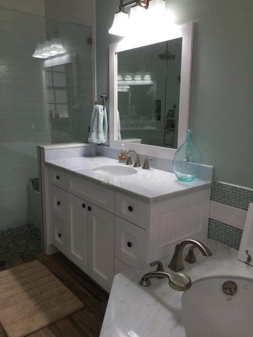 Salle de bain avec une baignoire d 39 angle et un placard for Baignoire d angle avec porte