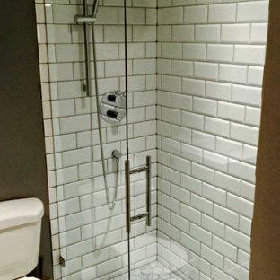Immagine di una stanza da bagno con doccia stile americano di medie dimensioni con lavabo integrato, doccia doppia, WC a due pezzi, piastrelle bianche, piastrelle diamantate, pareti grigie e pavimento in marmo