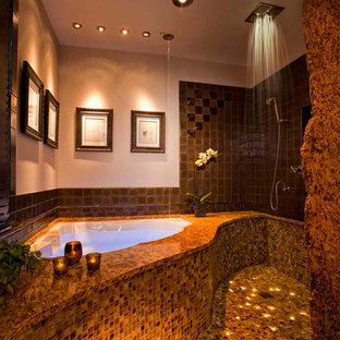 Ispirazione per una piccola stanza da bagno minimal con ante con bugna sagomata, top in granito, vasca ad angolo, doccia aperta, piastrelle marroni, piastrelle di vetro e pavimento con piastrelle a mosaico