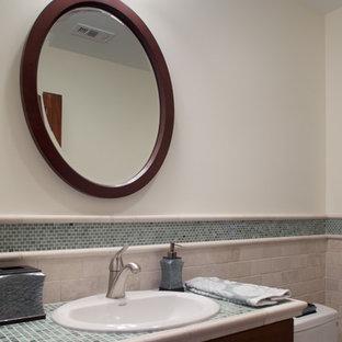 Ispirazione per una stanza da bagno con doccia tradizionale di medie dimensioni con lavabo da incasso, ante con riquadro incassato, ante in legno bruno, top piastrellato, vasca da incasso, vasca/doccia, WC a due pezzi, piastrelle blu, piastrelle di vetro, pareti bianche e parquet chiaro