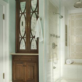 ニューヨークの中くらいのトラディショナルスタイルのおしゃれなマスターバスルーム (濃色木目調キャビネット、インセット扉のキャビネット、白いタイル、ベージュのタイル、石タイル、緑の壁、大理石の床、アンダーカウンター洗面器、アルコーブ型シャワー、分離型トイレ、ライムストーンの洗面台、白い床、開き戸のシャワー、シャワーベンチ) の写真