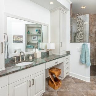 Новые идеи обустройства дома: большая главная ванная комната в стиле современная классика с фасадами с выступающей филенкой, белыми фасадами, душевой комнатой, коричневой плиткой, белыми стенами, врезной раковиной, коричневым полом, душем с распашными дверями, бирюзовой столешницей, полом из керамической плитки и столешницей из кварцита