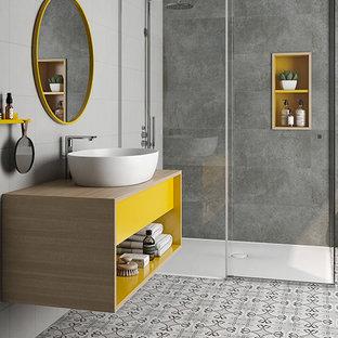 Пример оригинального дизайна: ванная комната среднего размера в современном стиле с открытыми фасадами, серыми фасадами, душем в нише, серой плиткой, цементной плиткой, серыми стенами, полом из керамогранита, душевой кабиной, настольной раковиной, столешницей из дерева, разноцветным полом и душем с распашными дверями