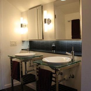 Ispirazione per una stanza da bagno con doccia contemporanea di medie dimensioni con nessun'anta, piastrelle nere, piastrelle a listelli, pareti bianche, pavimento in linoleum, lavabo a bacinella, top in vetro, pavimento nero e doccia aperta