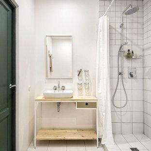 Пример оригинального дизайна: маленькая главная ванная комната в скандинавском стиле с настольной раковиной, столешницей из дерева, открытым душем, белой плиткой, керамической плиткой, белыми стенами, полом из керамической плитки, шторкой для душа и бежевой столешницей