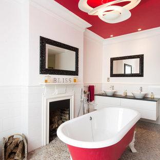 Idee per una stanza da bagno padronale design di medie dimensioni con lavabo a bacinella, vasca con piedi a zampa di leone, WC monopezzo, ante bianche, piastrelle bianche, piastrelle in ceramica, doccia aperta, pavimento con piastrelle di ciottoli e pavimento beige